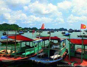 Lodě v zálivu Ha Long