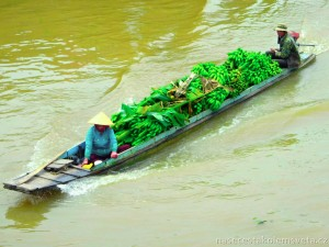 loď s banány na řece Mekong